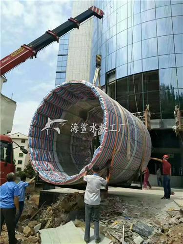 商城大厅柱形亚克力鱼缸未完待续