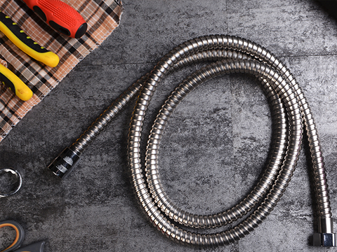 How to do when the shower hose leaks? How to replace and maintain it?