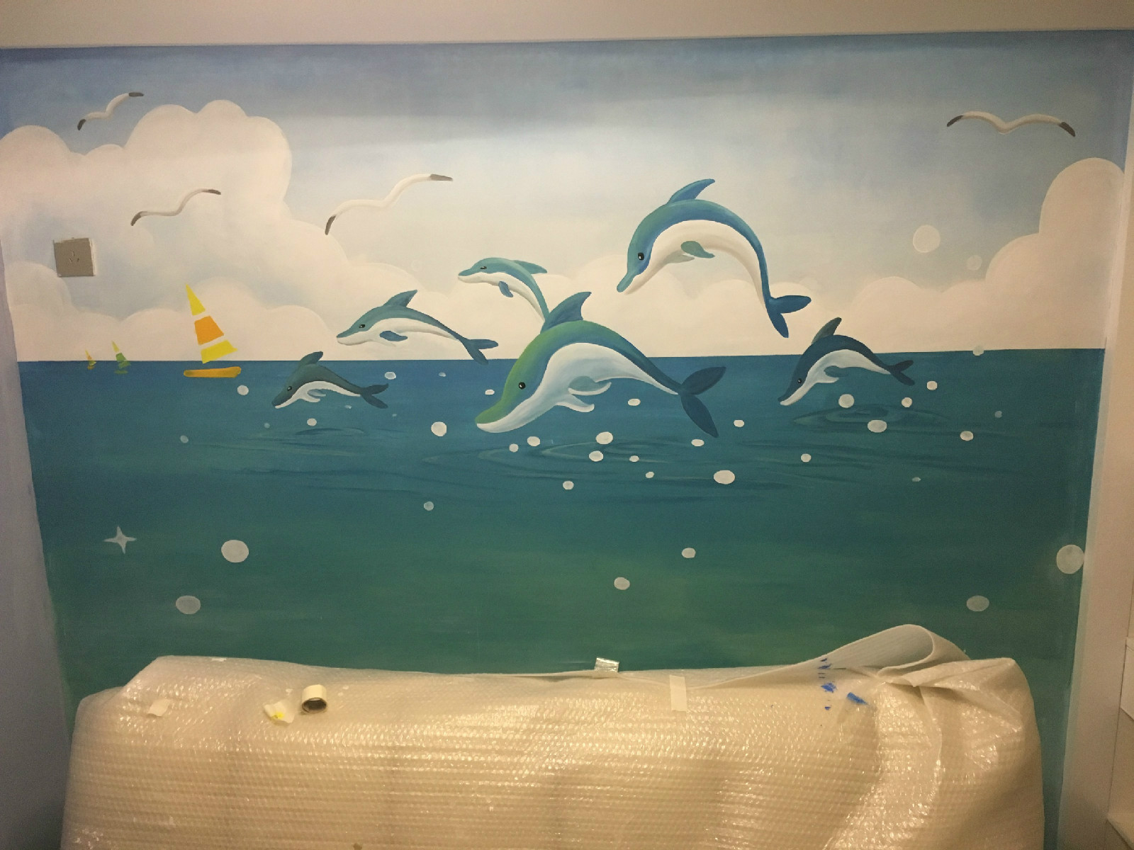 墙绘与壁纸、喷绘布优劣势比较分析